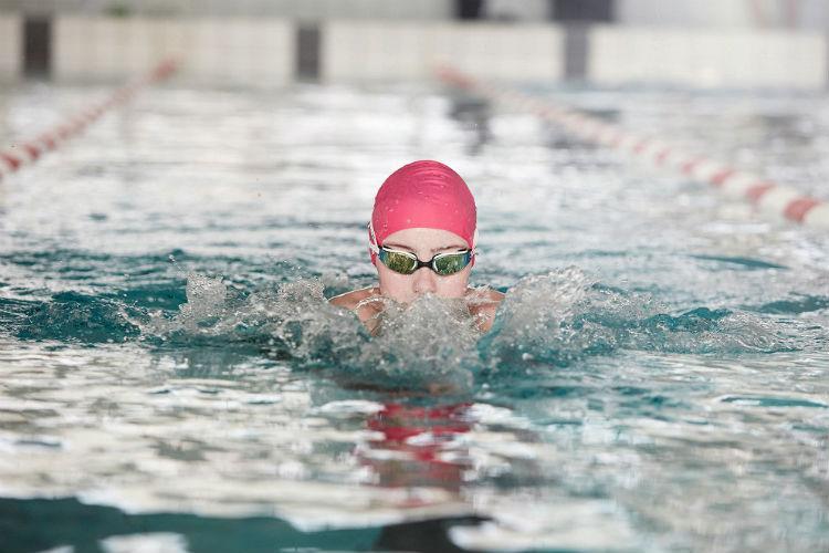 Dicte Westphal svømmer brystsvømning