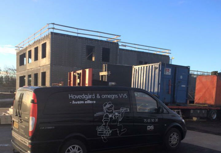 billede af erhvervsinstallation og bil med bygning i baggrunden
