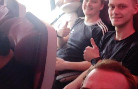 De 4 lærlinge siddende i flyet på vej til Nepal, Thamel