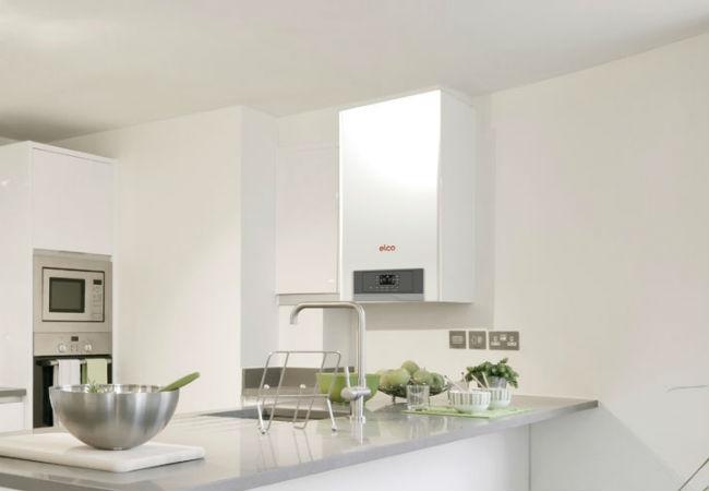 Elco naturgasfyr installeret på køkkenvæg
