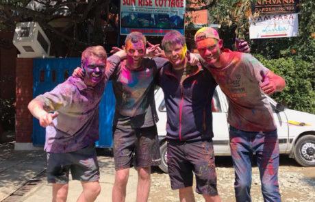 de 4 lærlinge overmalet til lokal holifestival og farver i Kathmandu