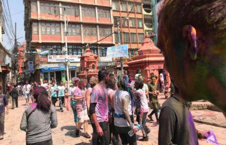 Hele byen er overmalet til den årlige holifestival i Kathmandu