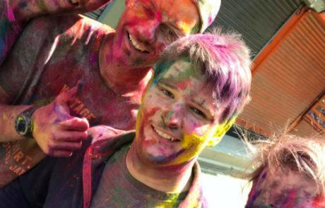 de 4 lærlinge til holifestival og farver i Kathmandu