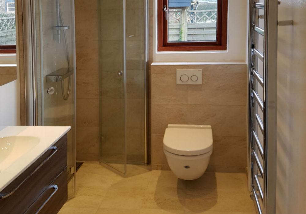 billede af nyt badeværelse med hængetoilet og klinkegulv