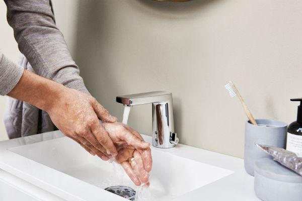 Håndfri armatur nedsætter vandforbrug øger hygiejnen