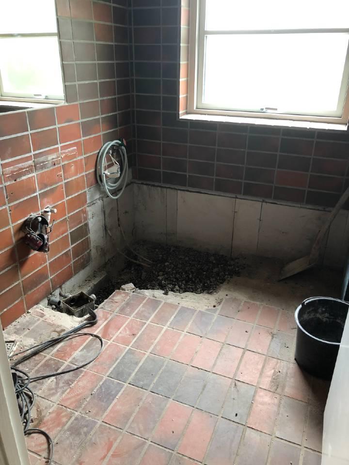 badekaret er fjernet, nu anlagt afløb for bruseniche