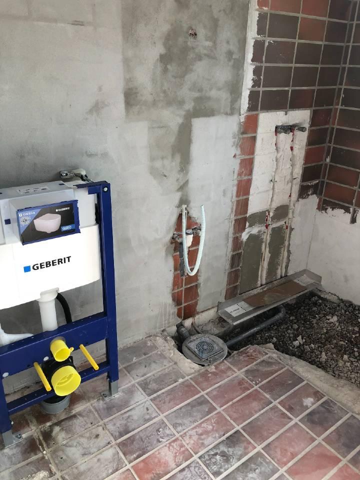 Nyt toilet installeret før badeværelse væggen får sin makeover